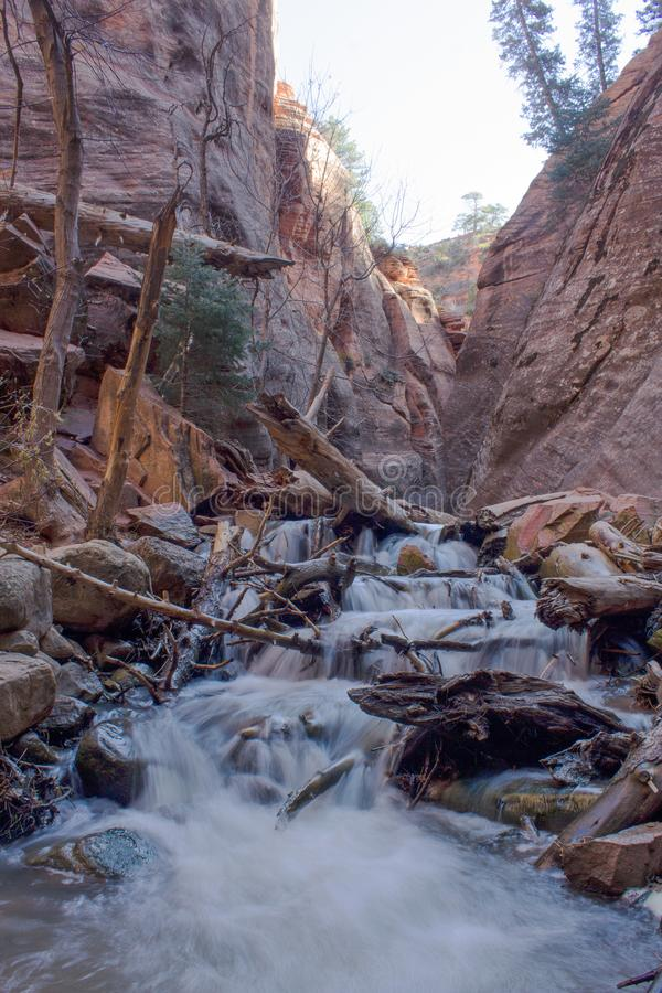 4 8 2018 - Kannaraville下跌槽孔峡谷和河有流动的水的 免版税图库摄影