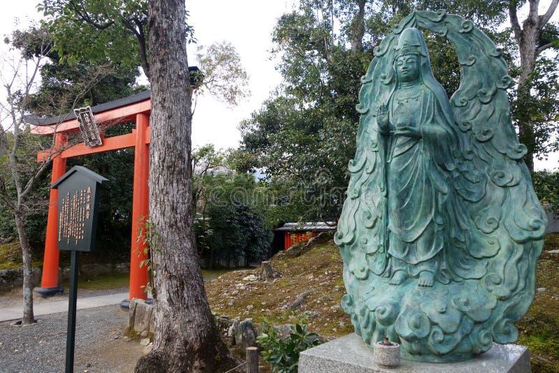 Kannon Hiun стоит перед главным виском в Tenryu-ji, стоковые фотографии rf