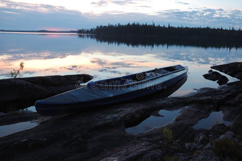 Kano bij steenbank van Engozero-meer, Polair Karelië, Rusland stock afbeelding