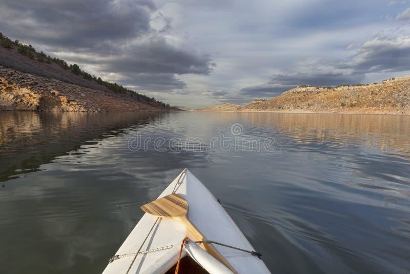 Kano op bergmeer stock foto