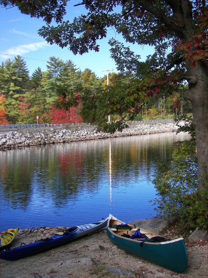 Download Kano's bij Meer Massabesic stock foto. Afbeelding bestaande uit canoes - 10779340