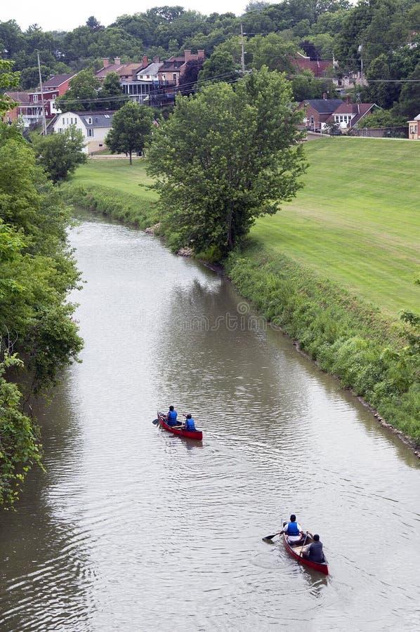 Kano's en kajaks die onderaan de Loodglansrivier drijven in Loodglans Illinois royalty-vrije stock foto