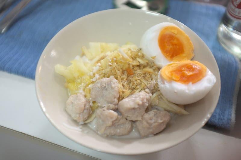 Kanom Cheen sah Nam oder thailändische Reisnudel mit Kokosmilch mit Blutgeschwürei lizenzfreies stockbild