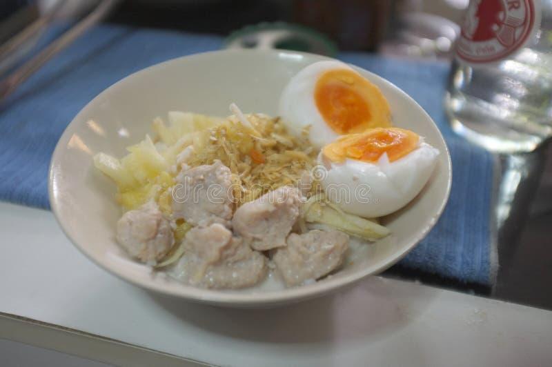 Kanom Cheen vio Nam o los tallarines de arroz tailandeses con leche de coco con el huevo de ebullición imagen de archivo