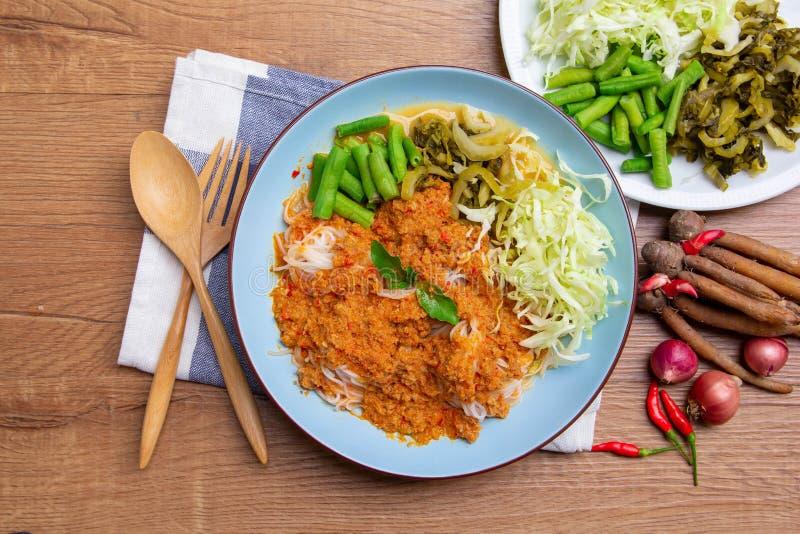 Kanom Jeen, les vermicellis thaïlandais de riz a servi avec le cari photo libre de droits