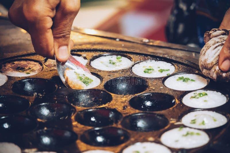 Kanom Krok, tipo do sweetmeat tailandês, sobremesa tailandesa, fazendo doces foto de stock