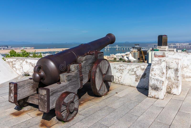 Kanon av Guia Lighthouse Fortress och kapell av vår dam São Lazaro, Macao, Kina arkivbild