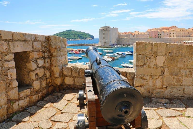 Kanon bij muren van de oude stad van Dubrovnik, in Dalmatië, Kroatië, Europa royalty-vrije stock afbeeldingen