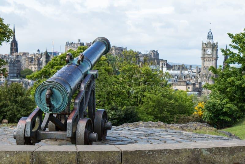 Kanon bovenop Claton-Heuvel stock fotografie