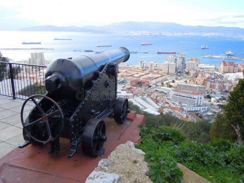 Kanon die Baai van Gibraltar overzien stock afbeeldingen