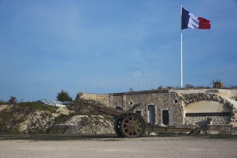 Kanon framme av fortet Pompelle arkivbild