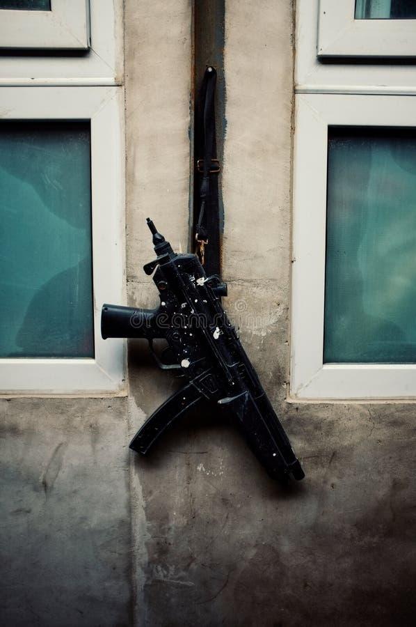 Kanon het hangen buiten een keukenvenster stock afbeelding