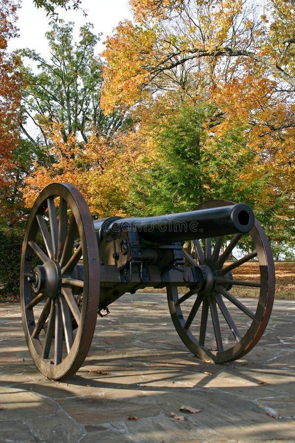 Kanon i hösten (lodlinjen) arkivfoto