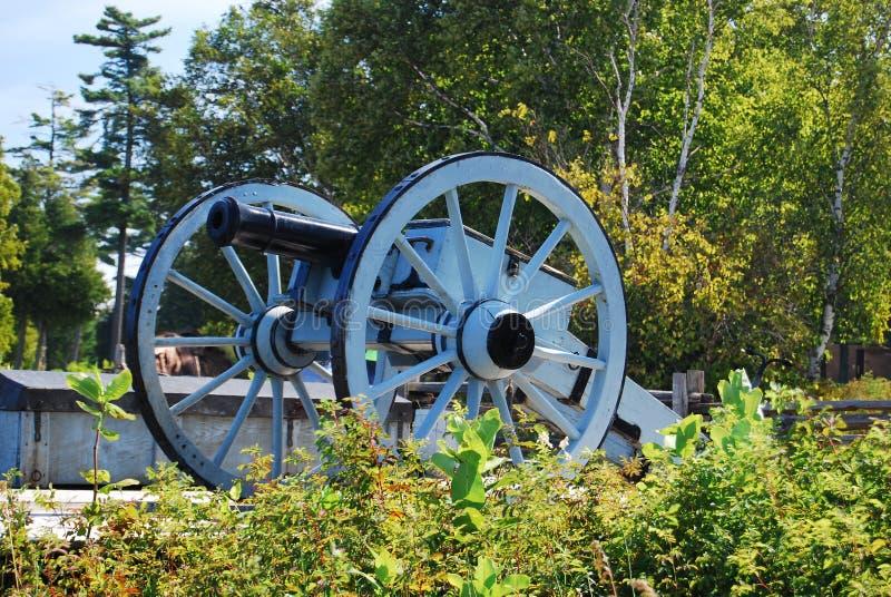 Kanon nära den Mackinac bron royaltyfri fotografi
