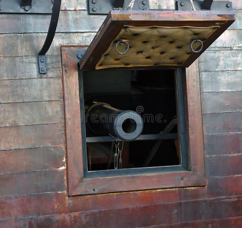 Kanon in Oud piratenschip stock afbeeldingen