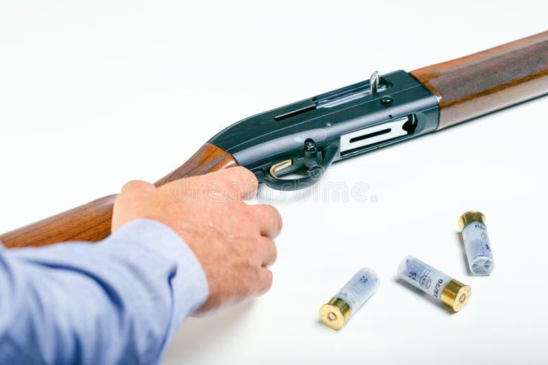 Kanoncontrole of van de huisdefensie concept Hand van mannetje en geweer stock foto