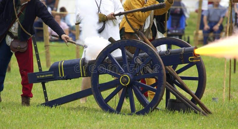 Kanone, die abgefeuert wird stockfotos