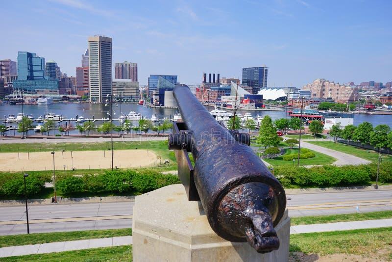 Kanone, die auf inneren Hafen Baltimores Maryland zeigt stockfoto