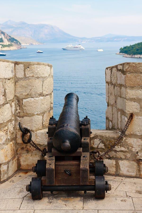 Kanone, die auf Kreuzschiff zeigt stockfotos
