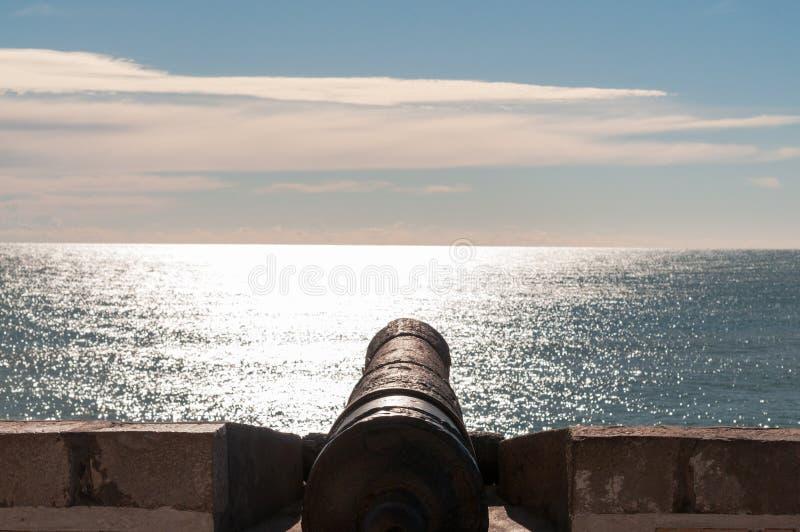 Kanone, die zum Meer unterstreicht lizenzfreie stockbilder