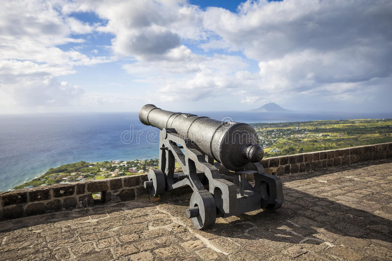 Kanone stellt das karibische Meer an der Brimstone-Hügel-Festung gegenüber stockbild