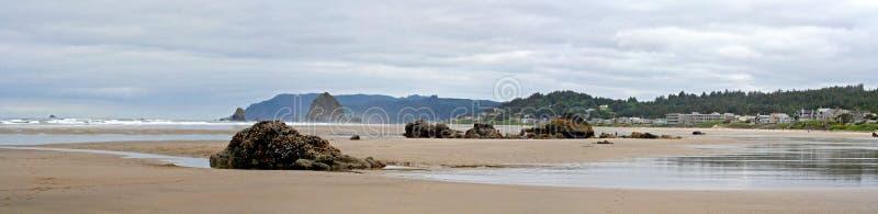 Kanone-Strand-Oregon-Panorama lizenzfreie stockbilder