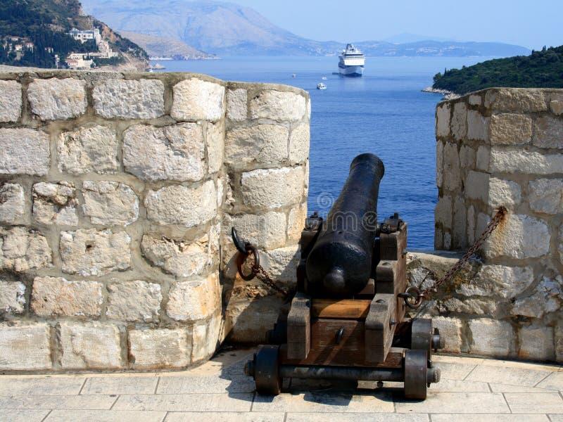 Kanone und Kreuzschiff stockfotografie