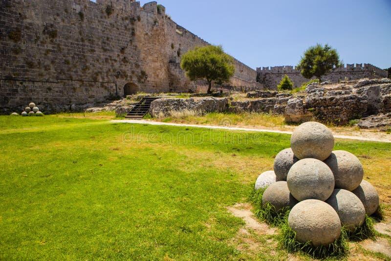 Kanonenkugeln außerhalb der Festung, Rhodos, Griechenland lizenzfreies stockfoto