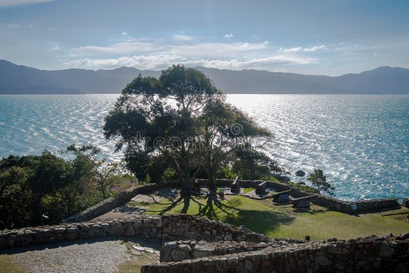 Kanoner av Sao Jose da Ponta Grossa Fortress - Florianopolis, Santa Catarina, Brasilien fotografering för bildbyråer