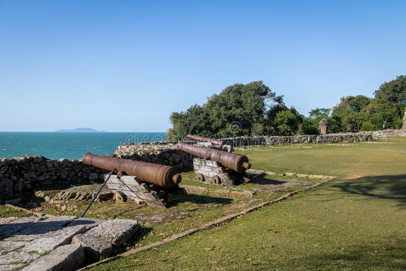 Kanoner av Sao Jose da Ponta Grossa Fortress - Florianopolis, Santa Catarina, Brasilien royaltyfri fotografi