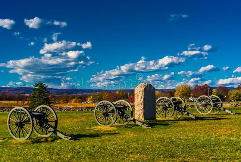 Kanoner och en monument på Gettysburg, Pennsylvania arkivbild