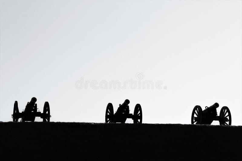 Kanoner ställde upp in mot dalen Himmel i bakgrunden arkivbild