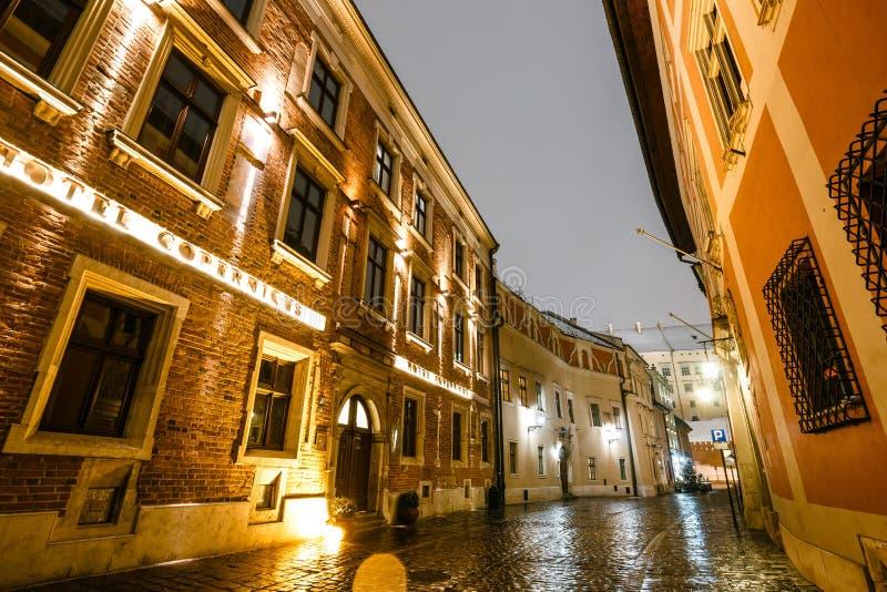 Kanonicza-Straße nachts mit Wawel-Schloss im Hintergrund, Krakau, Polen stockbild