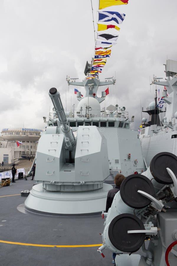 Kanonnen aan boord van het Chinese fregat stock foto's