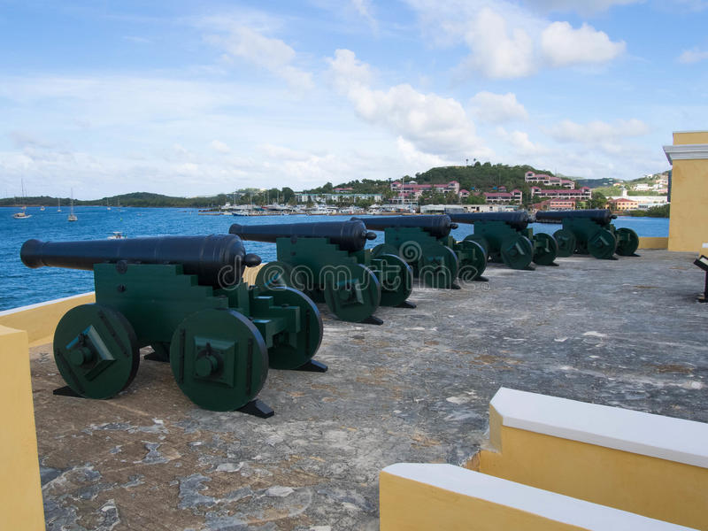 Kanonnen bovenop het dak van Voet Christiansted royalty-vrije stock fotografie