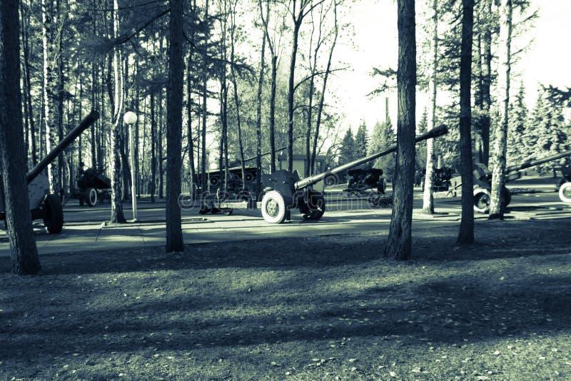 Kanonnen en militaire uitrusting royalty-vrije stock foto