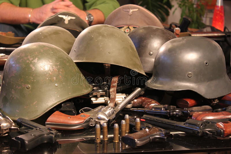 kanonnen en oorlogshelmen stock foto's