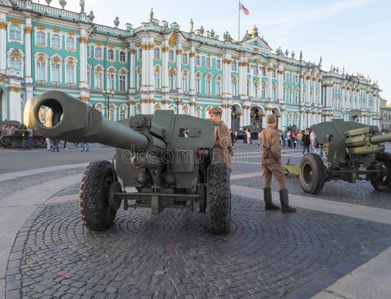 Kanonnen op het vierkant De tentoonstelling van lichte wapens bij het Paleis regelt in St. Petersburg De zomer van 2017 stock afbeeldingen