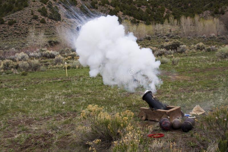kanonu ogień zdjęcia stock