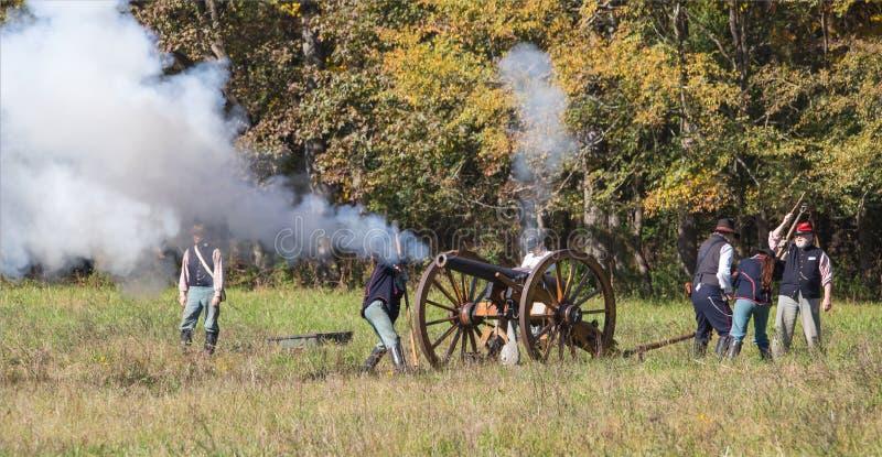 Kanonvuren tijdens het Amerikaanse Burgeroorlogweer invoeren royalty-vrije stock afbeelding