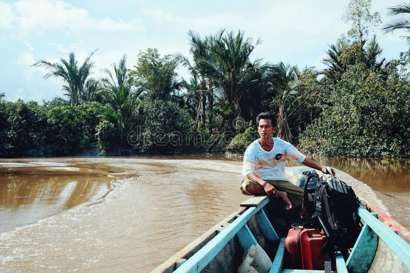 Kanorit op de rivier die diep in het regenwoud met plaatsen gaat royalty-vrije stock afbeelding