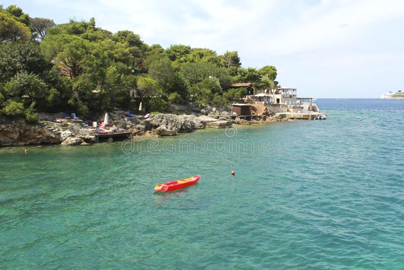Kanot i havet Montenegro Zanjic strand, loppbegrepp arkivfoton