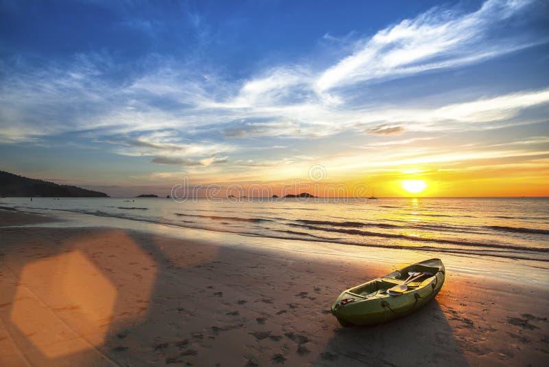 Kanot på havstranden under den fantastiska solnedgången royaltyfria foton