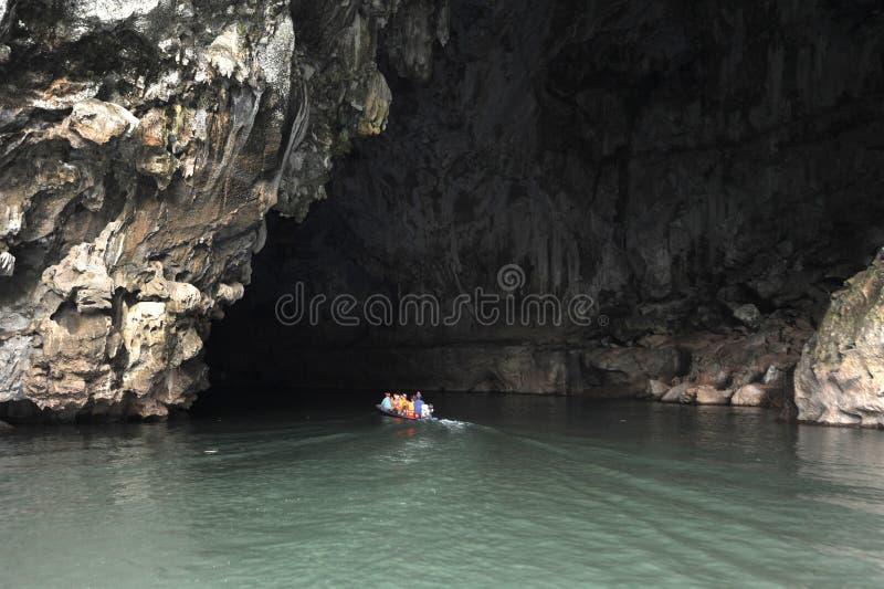 Kanota på hänrycka av den Tham Kong Lo grottan royaltyfri foto
