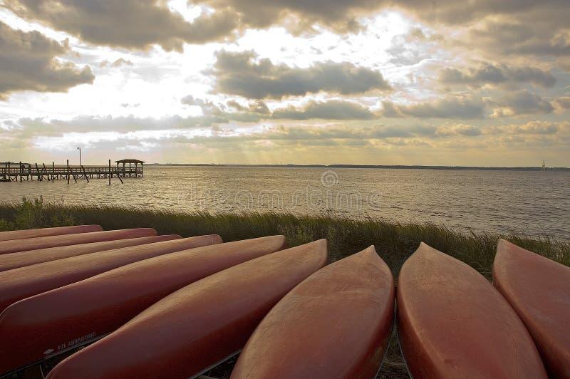 kanotar solnedgång royaltyfri foto