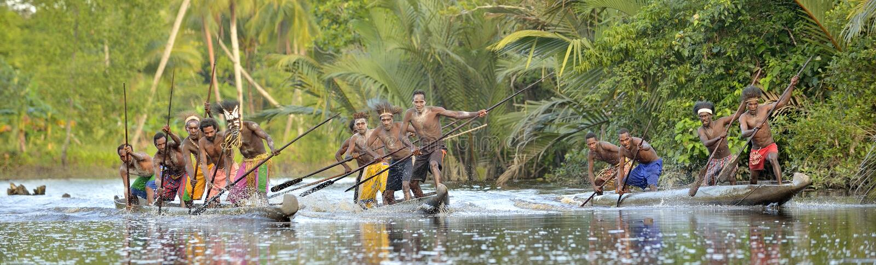 Kanoter av Asmat folk fotografering för bildbyråer