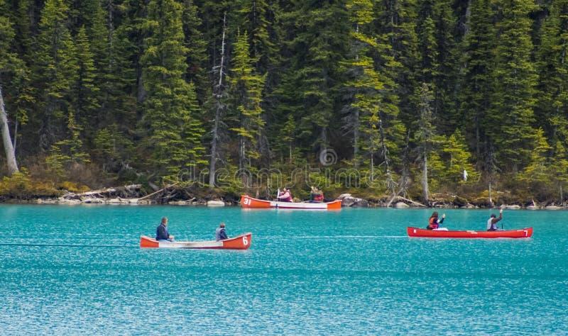 Kanoter på blått vatten av Lake Louise royaltyfri fotografi