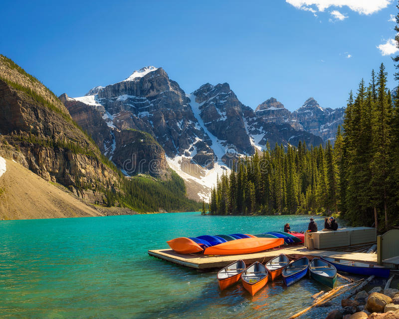 Kanoter på en brygga på morän sjön i den Banff nationalparken, Canad arkivfoton