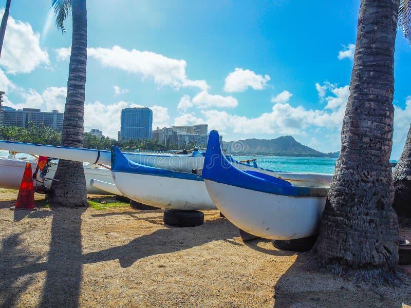 Kanoter på stranden arkivbild
