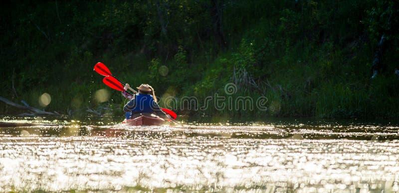 Kanotflod, solnedgångljus arkivfoton